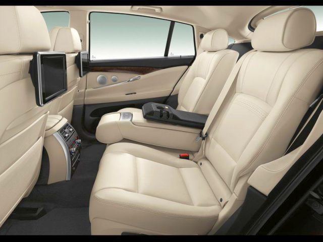 2014_BMW_5_SERIES_GT_seats_pic-12
