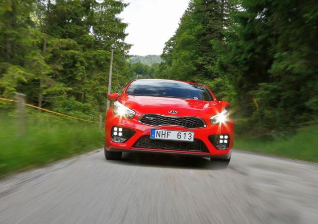 2014_KIA_PRO_CEED_GT_red_front_pic-6