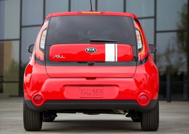 2014_KIA_SOUL_red_rear_pic-5