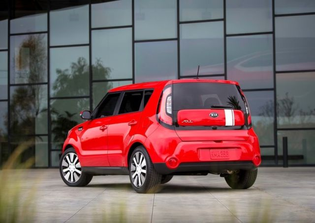 2014_KIA_SOUL_red_rear_pic-7