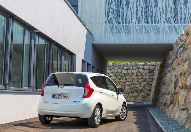 2014_NISSAN_Note_white_rear_pic-2