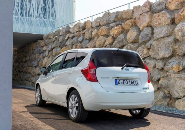2014_NISSAN_Note_white_rear_pic-4