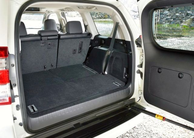 2014_TOYOTA_SUV_Land_Cruiser_Trunk_pic-13