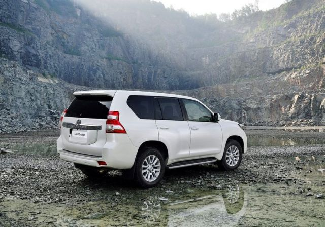 2014_TOYOTA_SUV_Land_Cruiser_rear_pic-5