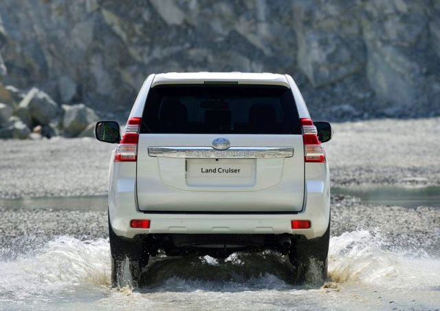 2014_TOYOTA_SUV_Land_Cruiser_rear_pic-6