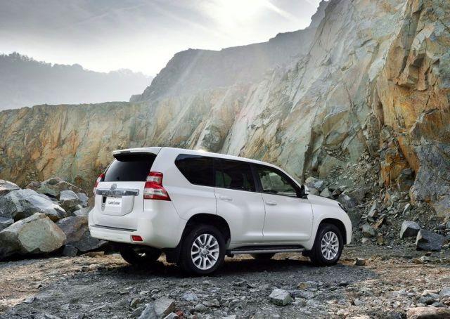 2014_TOYOTA_SUV_Land_Cruiser_rear_pic-8