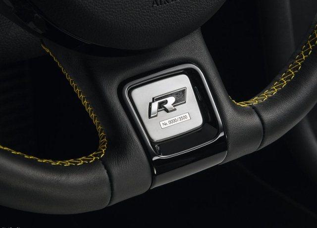 2014_VW_BEETLE_GSR_steeringwheel_pic-10