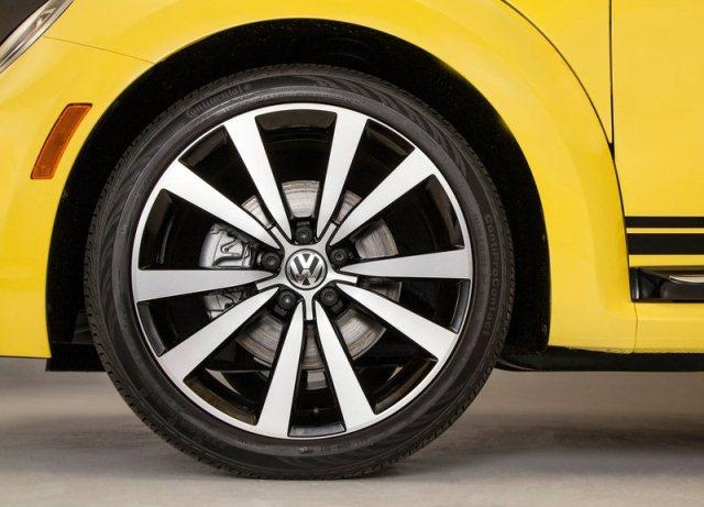 2014_VW_BEETLE_GSR_wheel_pic-17