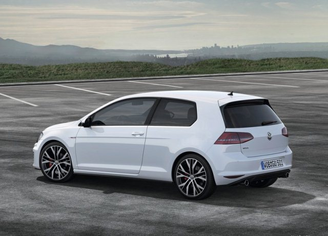 2014_VW_GOLF_GTI_rear_pic-4