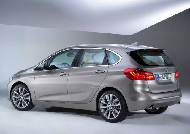 2015_BMW_2_ACTIVE_TOURER_rear_pic-3