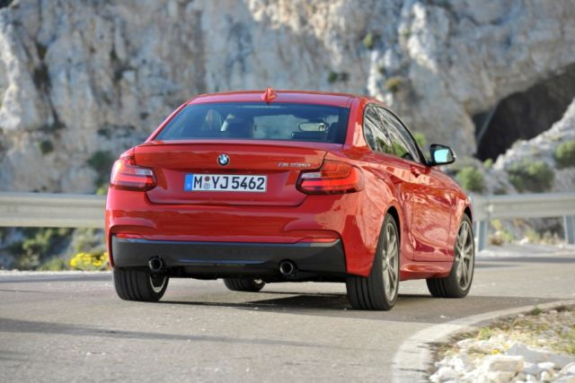 2015_BMW_2_Series_rear_pic-4