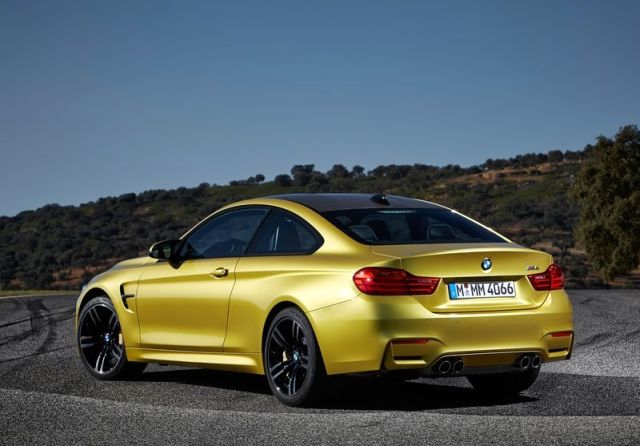 2015_BMW_M4_COUPE_rear_pic-6