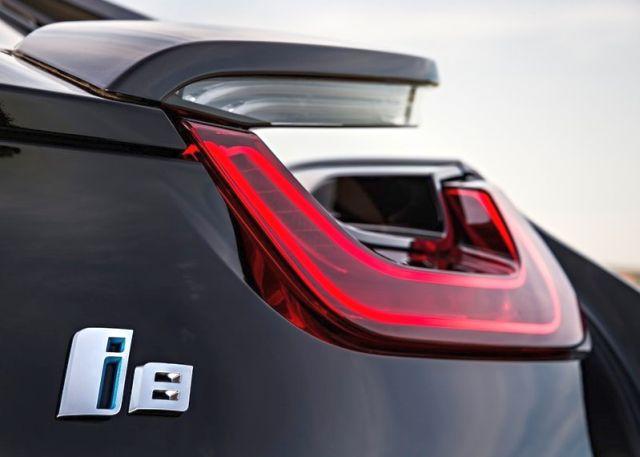 2015_BMW_i8_rear_pic-12