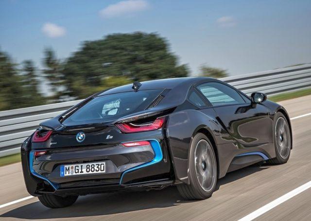 2015_BMW_i8_rear_pic-4
