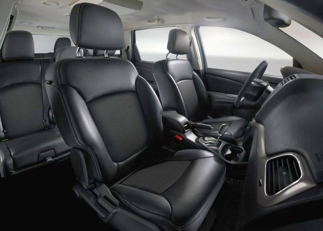 2015_FIAT_SUV_FREEMONT_CROSS_interior_pic-6