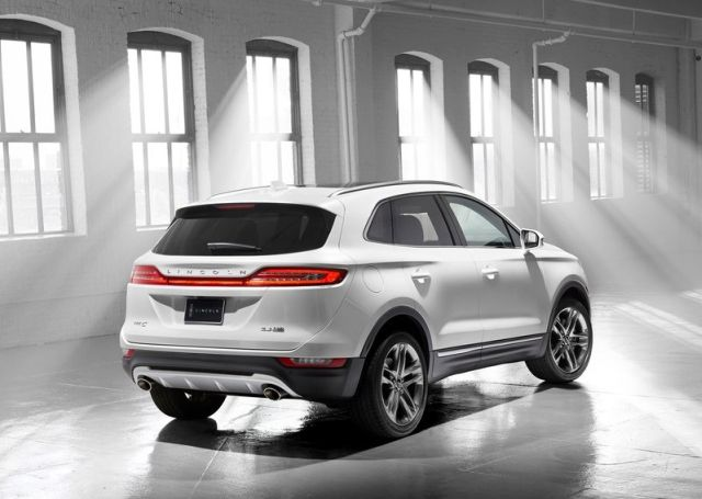 2015_LINCOLN_MKC_SUV_rear_pic-6