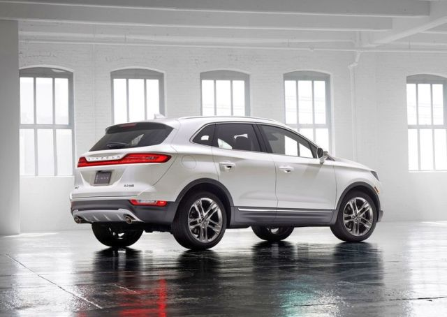 2015_LINCOLN_MKC_SUV_rear_pic-7