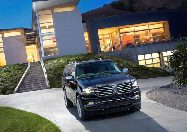 2015_LINCOLN_NAVIGATOR_front_pic-2