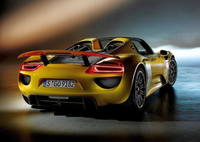 2015_PORSCHE_918_SPIDER_rear_pic-3