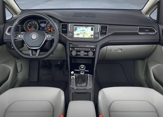 2015_VW_GOLF_SPORTSVAN_interior_pic-7