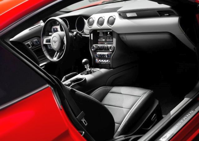 2016_FORD_MUSTANG_GT_interior_pic_9