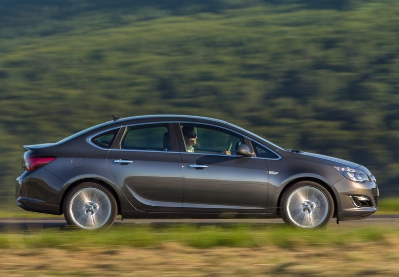 Opel Astra Sedan -profil