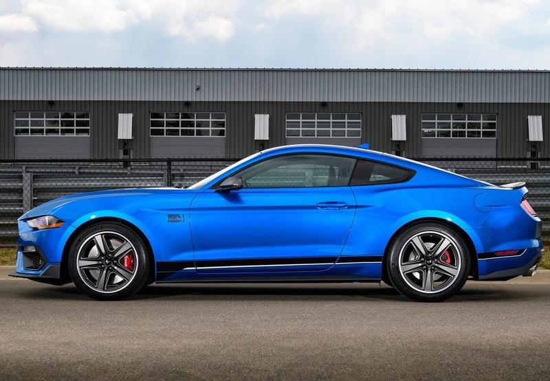 Ford Mustang Mach 1 'da isteğe bağlı olarak 6 ileri  manuel ve 10 ileri otomatik şanzıman seçenekleri mevcut.
