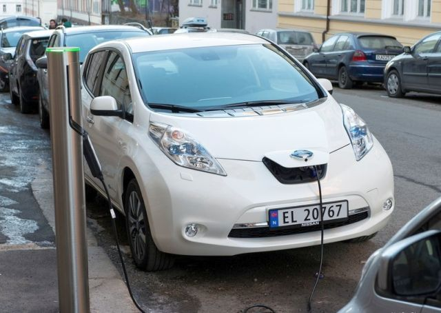 NISSAN_Leaf_white_electric_car_pic-5